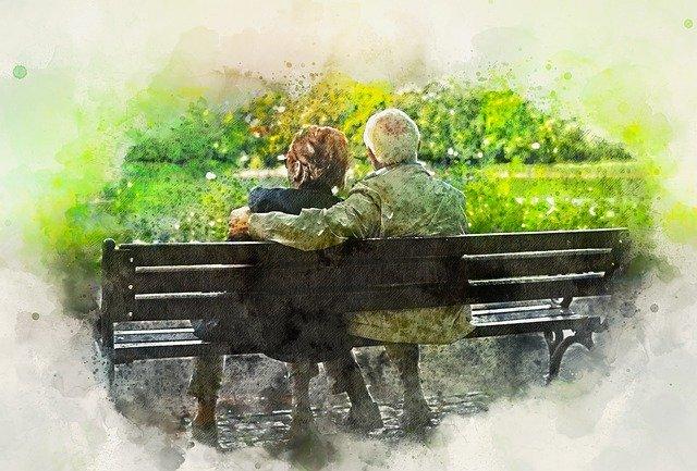 Altes Paar sitzt auf Parkbank